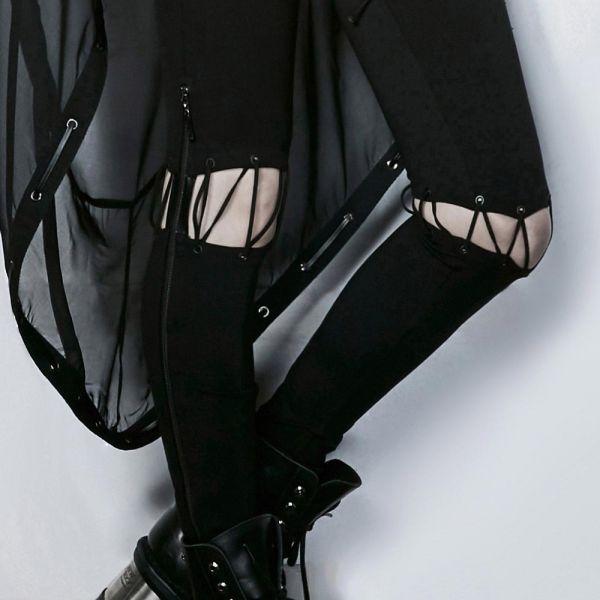 Hose mit Rock und angeschnürten Beinen