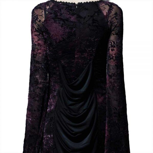 Viktorianisches Kleid mit Fledermausärmeln und Stickereien