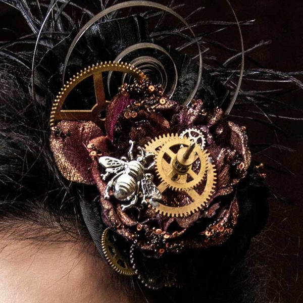 Steampunk Fascinator mit Uhrwerk Applikation und Metallfliege