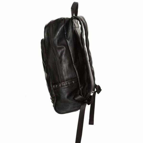Rucksack in Lederoptik mit Nieten und Totenkopf