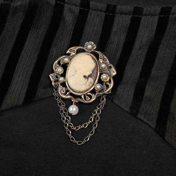 Viktorianisches Blusentop mit Puffärmeln und Brosche